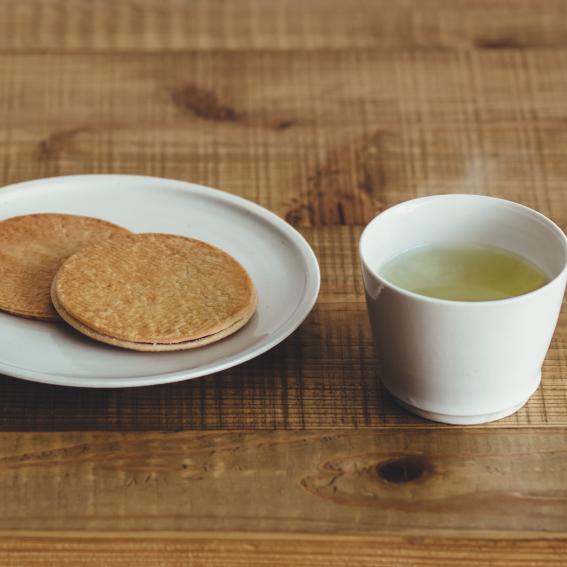 鶴屋のストロープワッフル/鶴屋のお茶